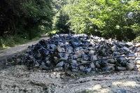 Landwirt muss Plastikfetzen am Mauracher Berg beseitigen