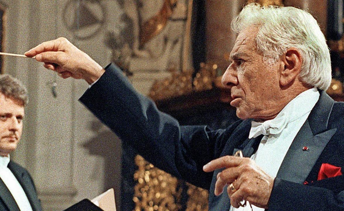 Leonard Bernstein – hier als Dirigent (Archivbild von 1990)  | Foto: dpa