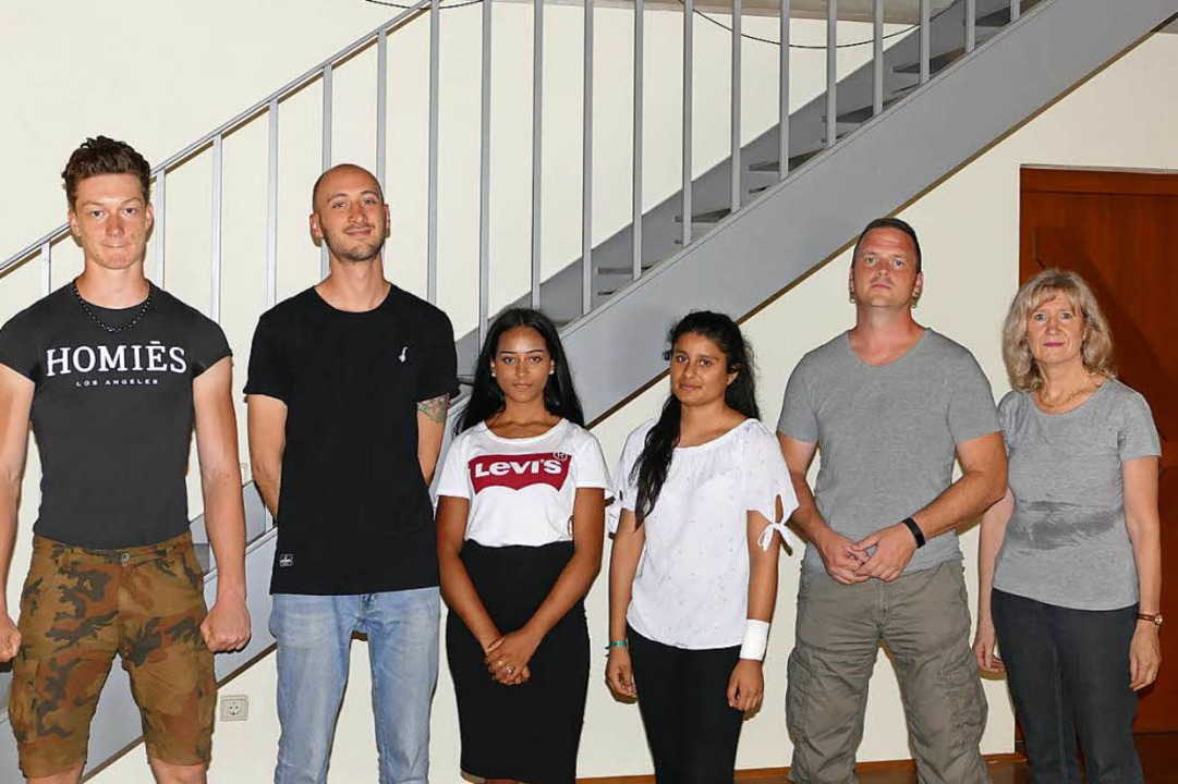 Freiburger Schüler mit ihren Arbeitser...ihrer Rektorin Sonja Pohlmann (rechts)  | Foto: Lena Roser