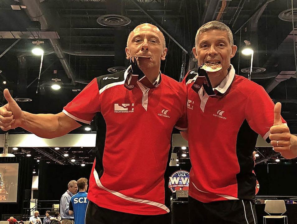 Stolz und zufrieden mit der Medaille: ...(links) und Achim Stoll in Las Vegas.     Foto: Verein