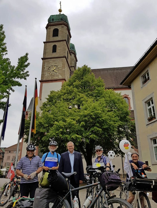 Hubert Dreschler, Wanderführer Schwarz...ellten sich der Runde spontan hinzu.    | Foto: Peter Umstetter