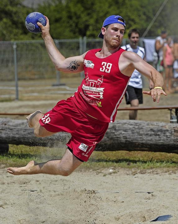 Abheben im sicheren Wissen auf eine weiche Landung: Auch das ist Beachhandball.   | Foto: Pressebüro Schaller