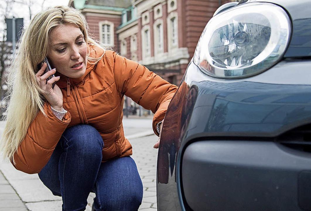 Kleine Parkrempler können passieren un.... Deshalb besser die Polizei anrufen.   | Foto: Christin Klose/dpa