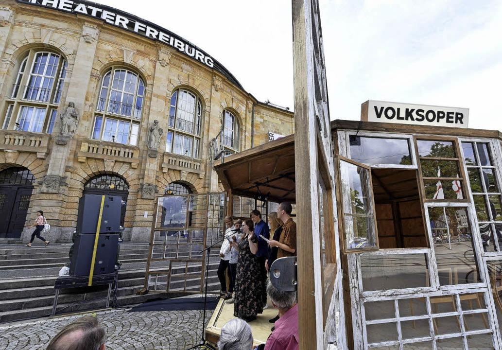 Der Pavillon von by Proxy vor dem Freiburger Theater.  | Foto: Thomas Kunz