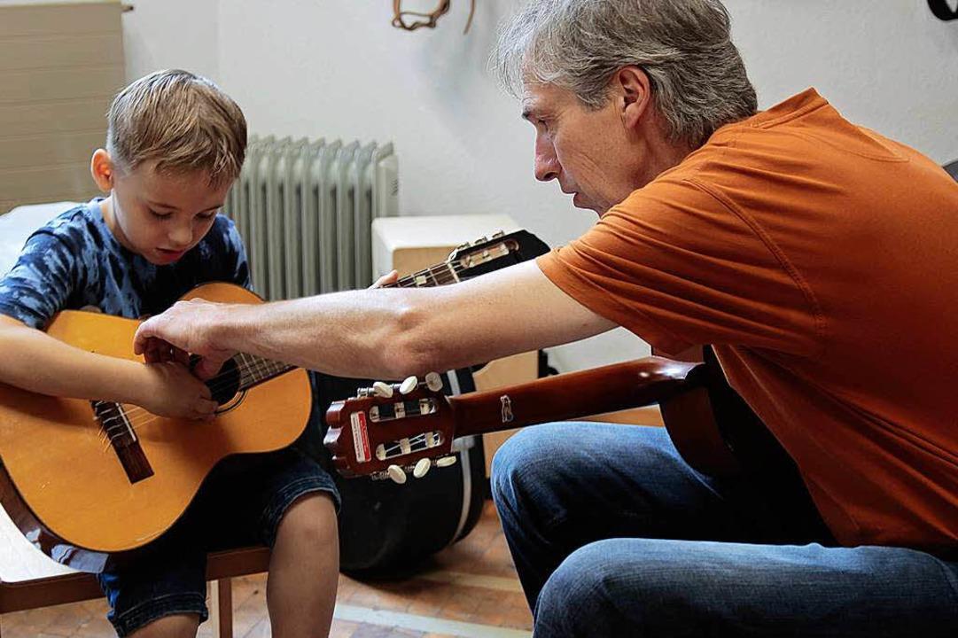 Dort gehören die Finger hin. Erste Schritte mit der Gitarre.  | Foto: Anna Uhlmann