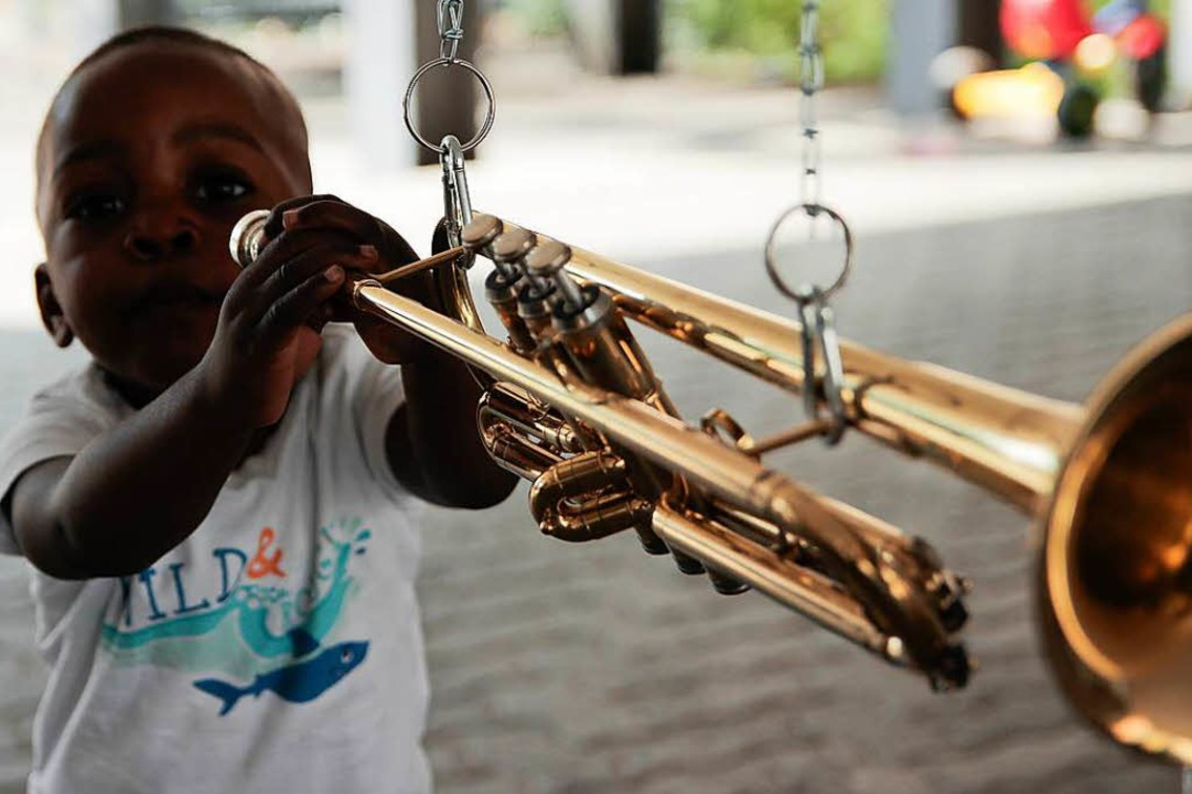 Der Klangbaum macht es möglich: Die Tr...en das Instrument ausprobieren können.    Foto: Anna Uhlmann