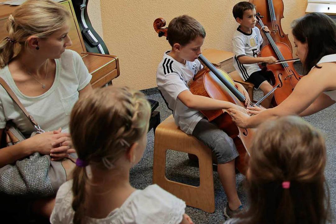 Ein Streichinstrument will beherrscht werden.    Foto: Anna Uhlmann