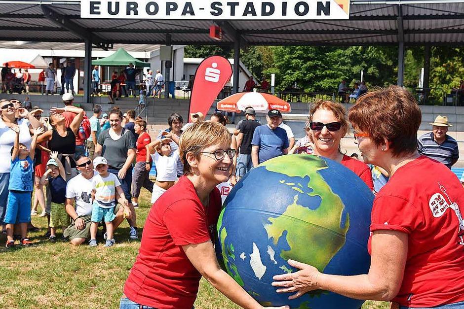 Große und kleine Besucher nutzten das Sommerwetter für Spiel und Spaß im Europastadion. (Foto: Martin Eckert)