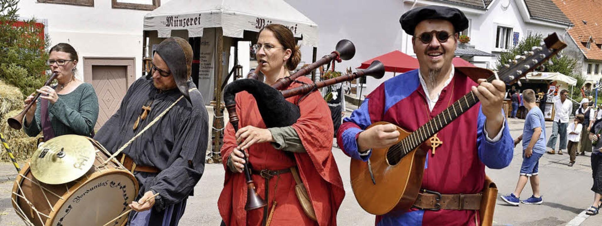 Sie entlocken ihren Instrumenten mittelalterliche Klänge.  | Foto: Philippe Thines
