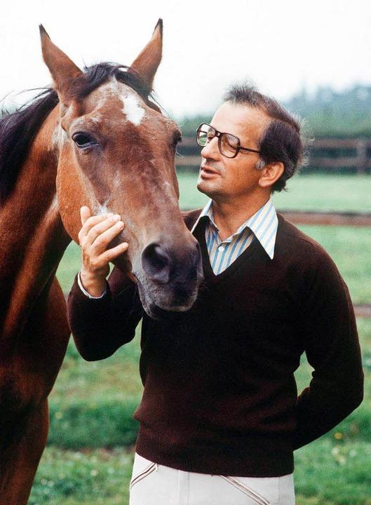 Der mehrfache Weltmeister und Olympias..., mit seinem legendären Pferd «Halla».  | Foto: dpa