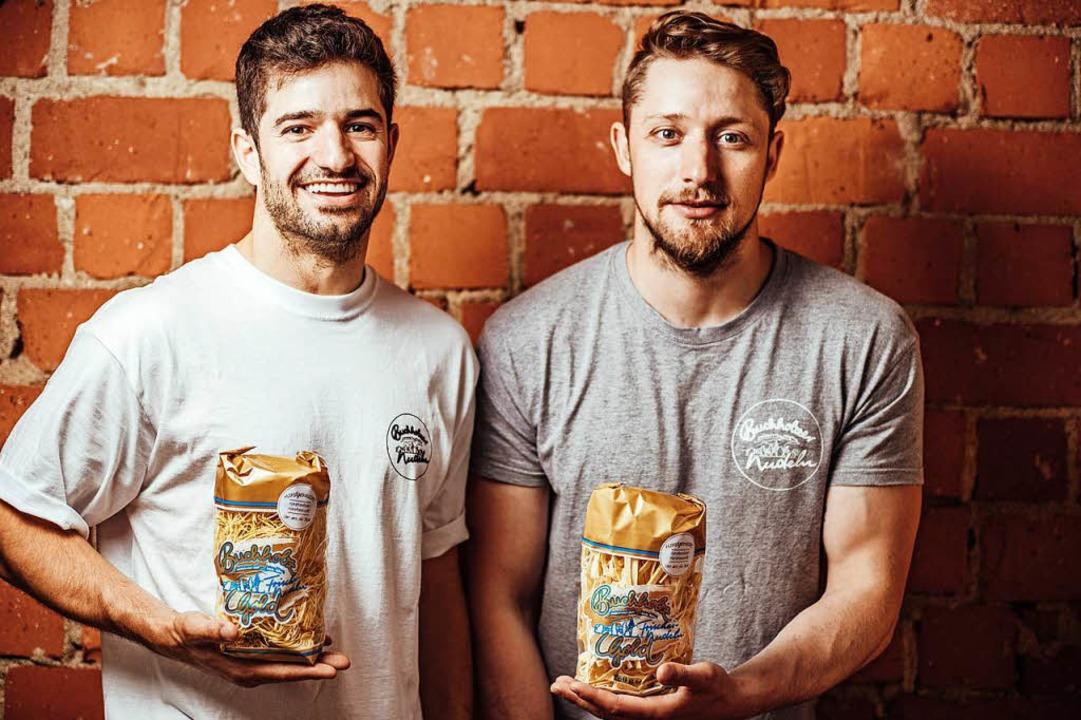 Matthias (links) und Markus Schätzle h...n Nudeln hergestellt – zu zweit.  | Foto: Fabio Smitka