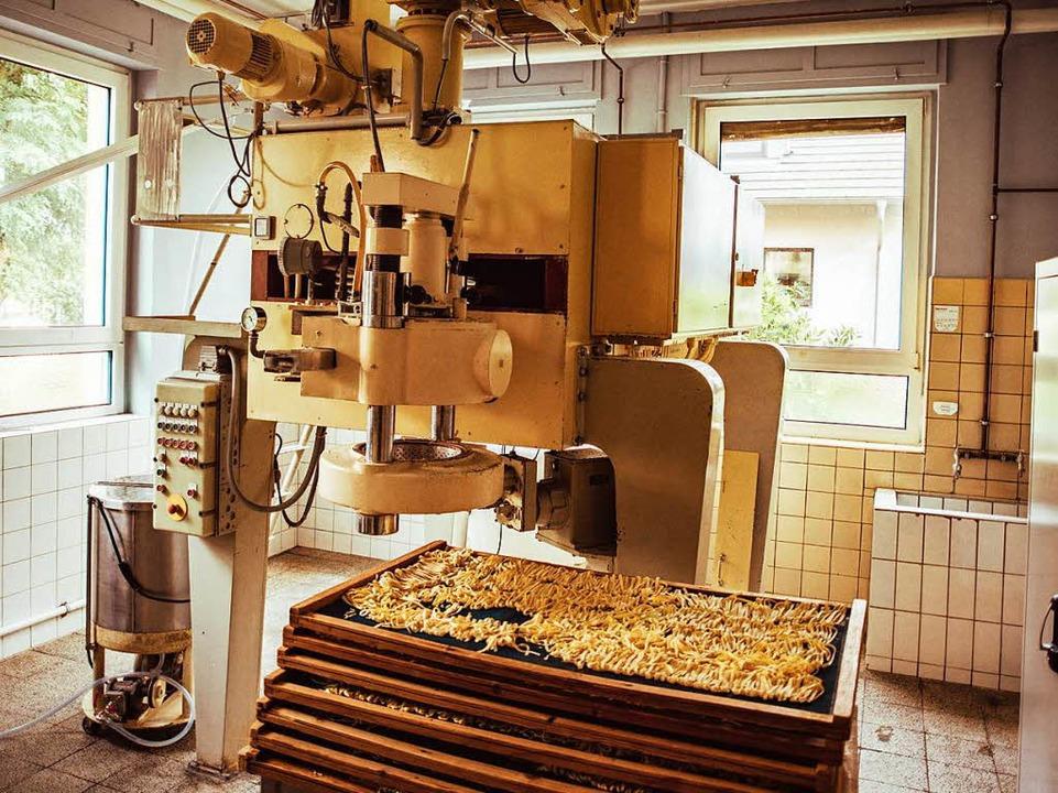 In der großen Mischmaschine werden die drei Zutaten vermischt.  | Foto: Fabio Smitka