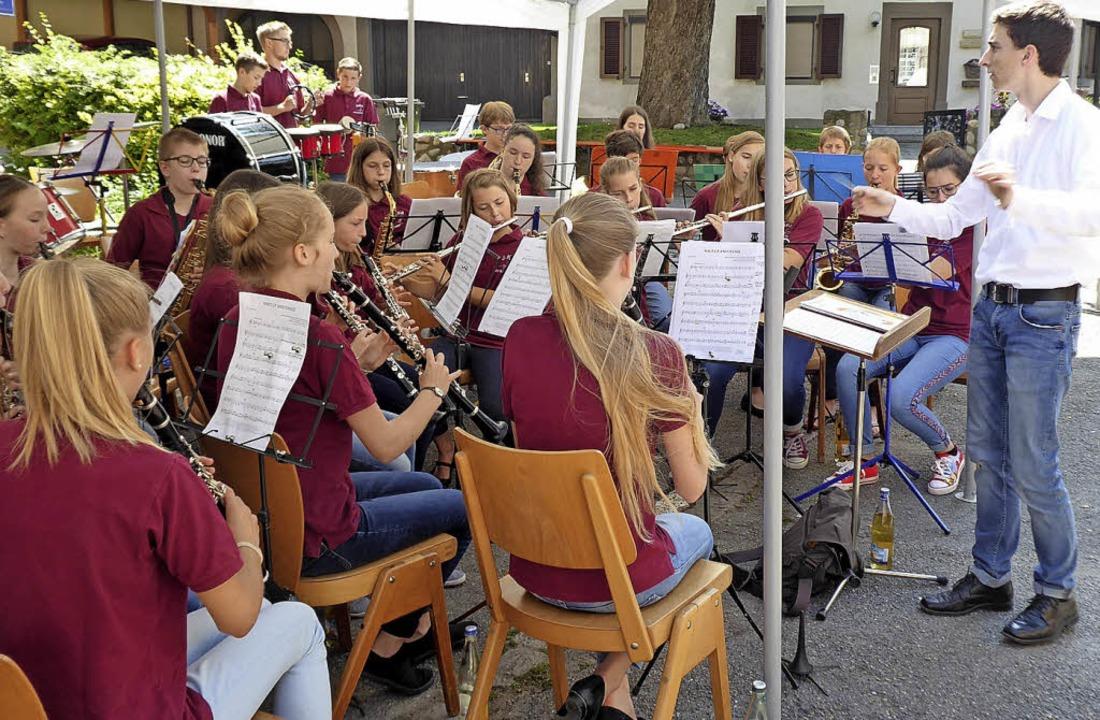 Die Jugendkapelle Ehrenkirchen unter d...nterhielt die Gäste beim Frühschoppen.  | Foto: Hans Jürgen Kugler