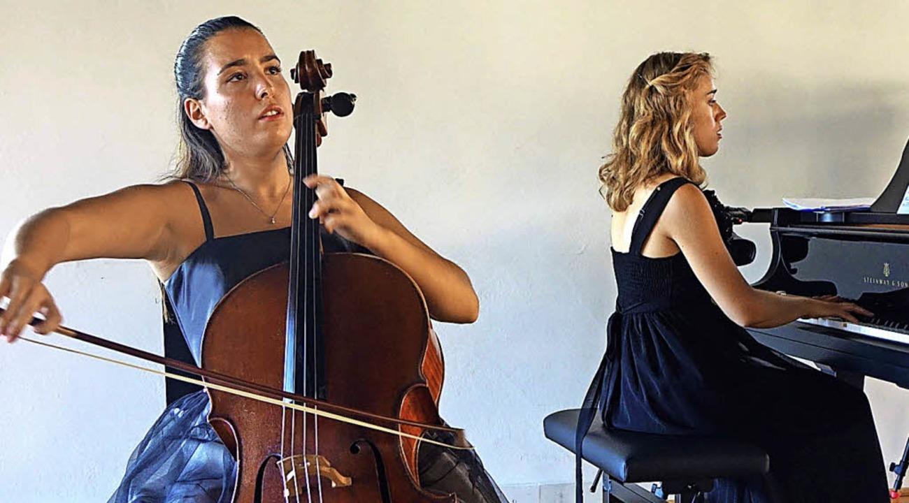 Die Cellistin Natalia Dauer, Initiator...in Julia Pleninger in Schloss Beuggen     Foto: Frey
