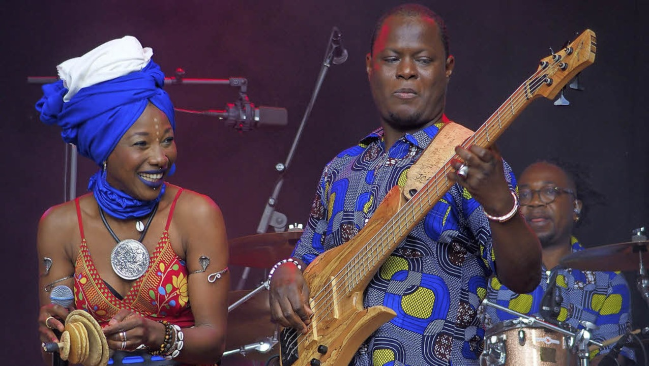 Star aus Mali: Fatoumata Diawara (link...rin zwischen Afro-Roots, Rock und Funk  | Foto: Franzen