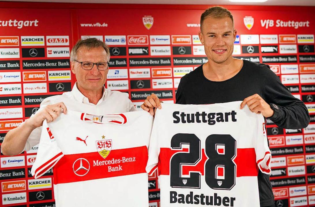 Holger Badstuber steht bei einer Press...ben VfB-Sportvorstand Michael Reschke.  | Foto: dpa