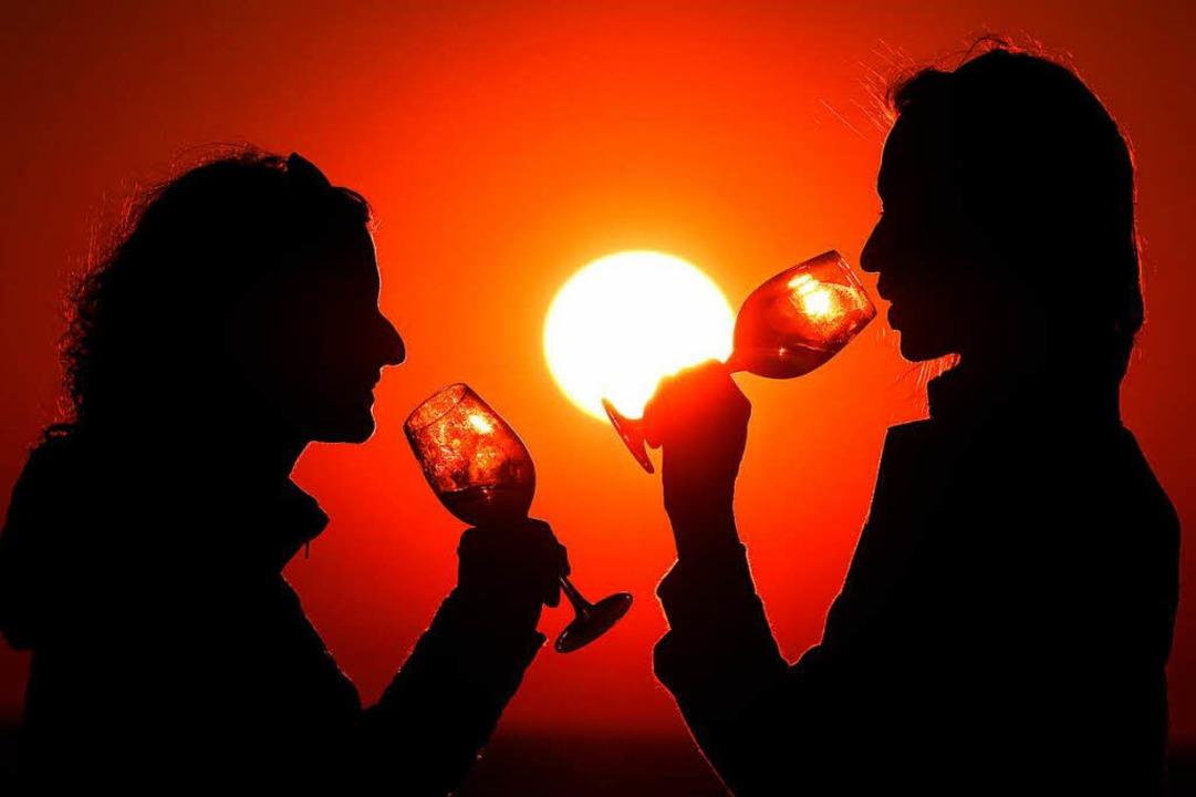 Zeit für ein Getränk in der Abendsonne  | Foto: dpa
