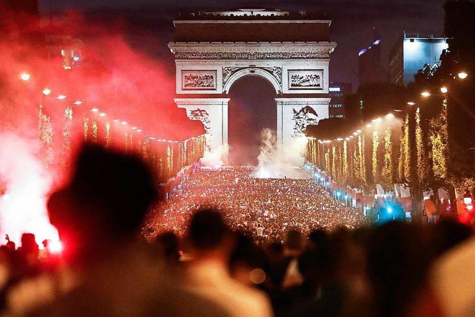 In blau-weiß-rot leuchtete es am Dienstagabend von allen Seiten auf der Pariser Champs-Élysées. Zahlreiche Fans bejubelten den Finaleinzug. (Foto: dpa)
