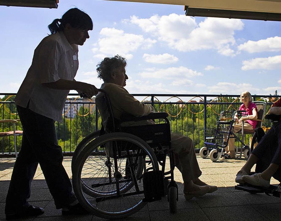 Benötigt ein pflegender Angehöriger ei...rzzeitigen Heimaufenthalt finanziell.     Foto: Partick Pleul (dpa)