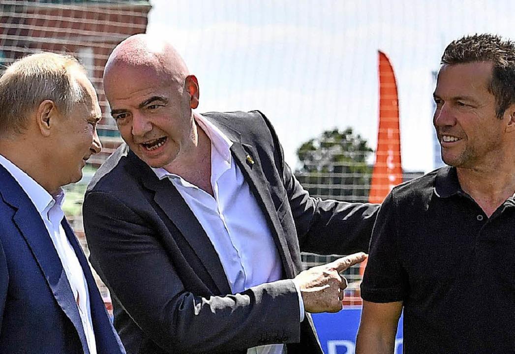 Wie ein lässiges Schwätzchen unter Fuß...imir Putin (links) und Lothar Matthäus  | Foto: AFP