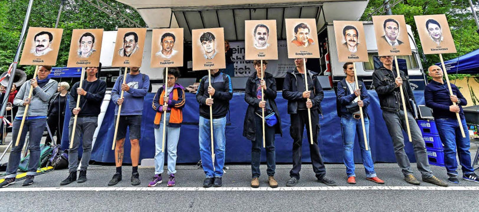 Demonstranten zeigen nahe des Gerichts...der rechtsradikalen Mördergruppe NSU.   | Foto: AFP