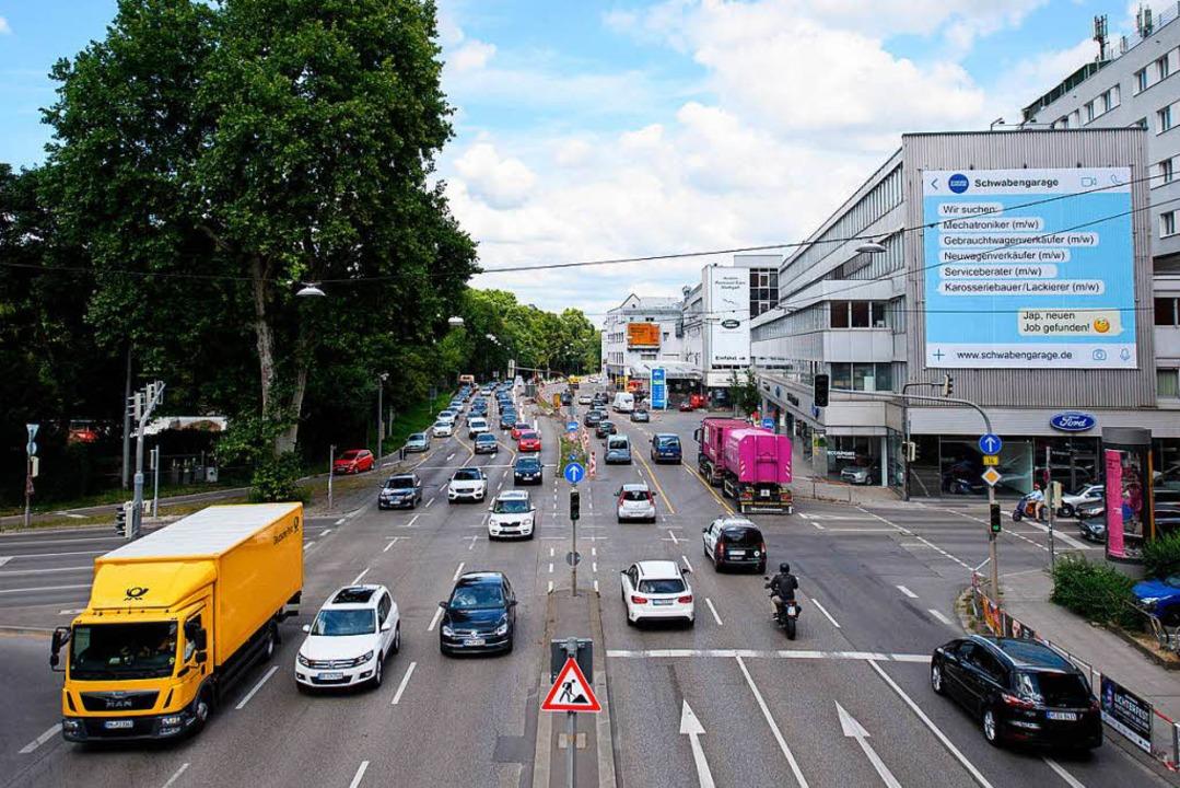 Hier ist die Luft besonders schmutzig: das Neckartor in Stuttgart.   | Foto: dpa