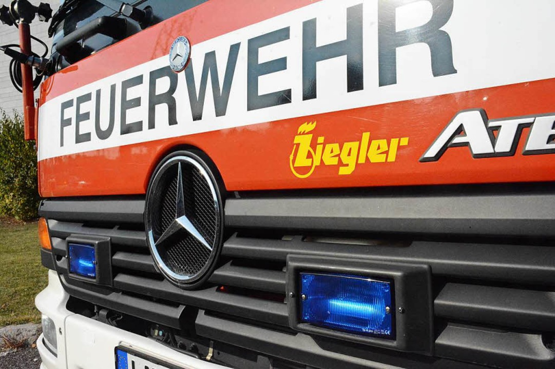 Die Feuerwehr musste am Mittwoch ausrü... Brand geratenes Fahrzeug zu löschen.   | Foto: Hannes Lauber