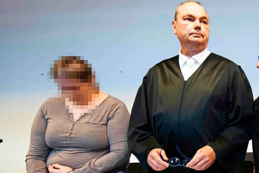 Berrin T. neben ihrem Verteidiger Matthias Wagner bei der Prozesseröffnung.  | Foto: Thomas Kienzle (AFP)