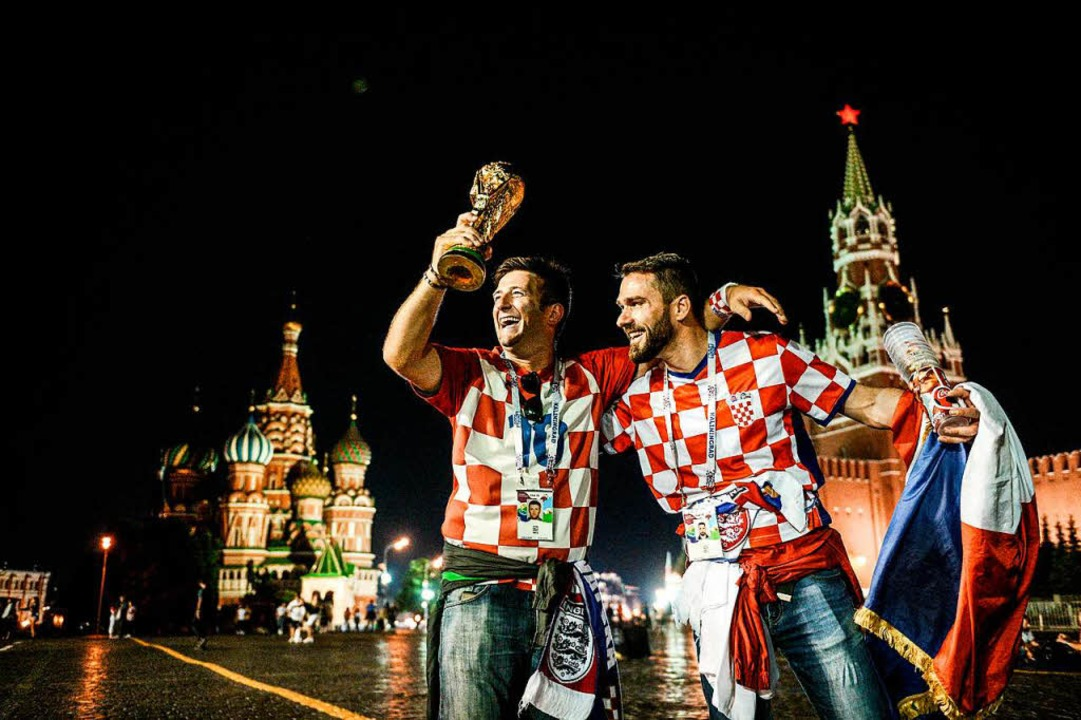 Sie haben ihn schon: Kroatische Fans f...den WM-Pokal am Roten Platz in Moskau.    Foto: AFP