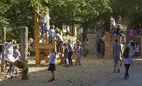 Auf der Paul-Hindemith-Grundschule gibt's ein neues, vom Förderverein finanziertes Schulhofareal