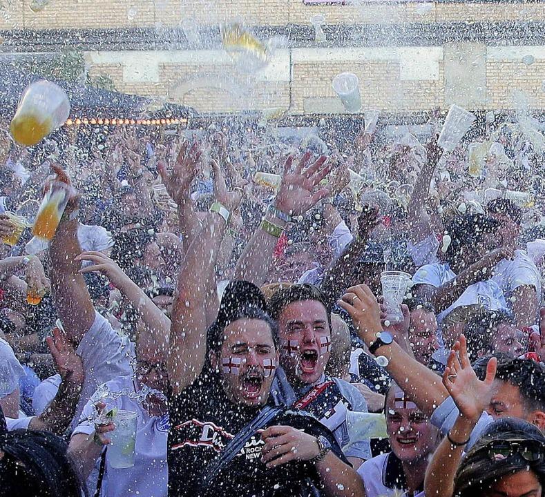 Erst flogen die Becher vor Freude, dan...l: Fans beim Public Viewing in London.  | Foto: AFP