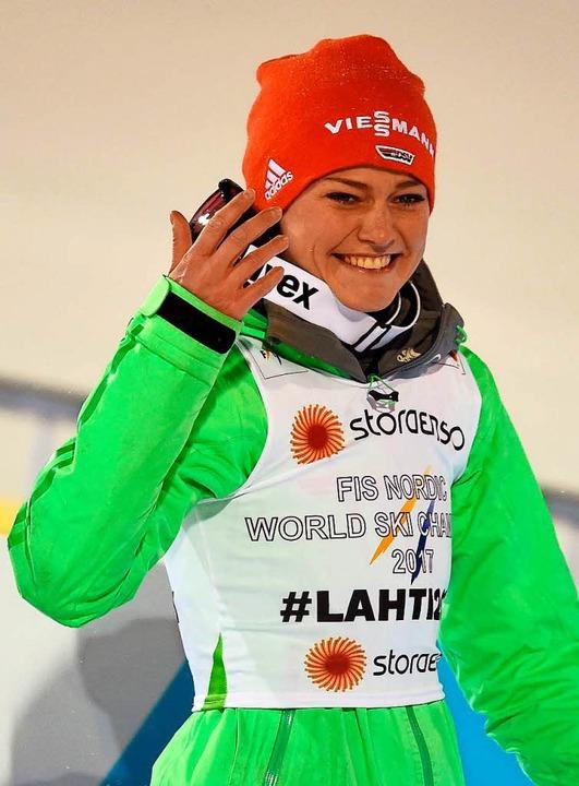 Auch Olympiasiegerin Carina Vogt geht am Freitag und am Samstag  vom Bakken.  | Foto: AFP
