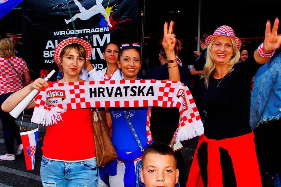 Fans der kroatischen Fußballmannschaft... den Einzug ihres Teams ins WM-Finale.    Foto: dpa