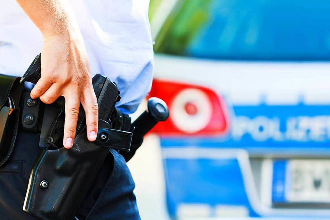 Der Beamte zog seine Dienstwaffe und s...mals auf den Randalierer. (Symbolbild)  | Foto: Dominic Rock