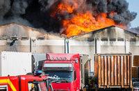 Großbrand bei Autoverwerter – Schwarze Rauchsäule über Remseck