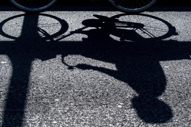 Fußgänger stößt 11-jähriges Mädchen vom Rad und haut einfach ab