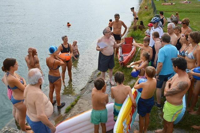Rund 40 Unterstützer beim Protestschwimmen in Schwörstadt