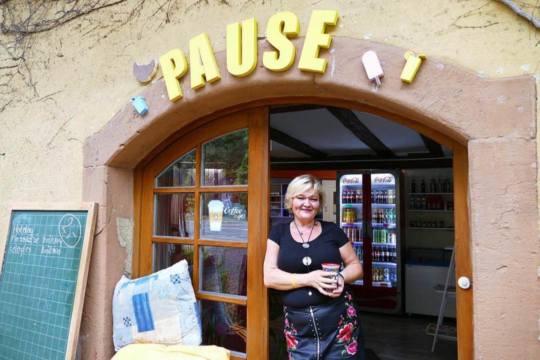 Irene Zuber am Eingang zu ihrem Kiosk   | Foto: Lena Roser