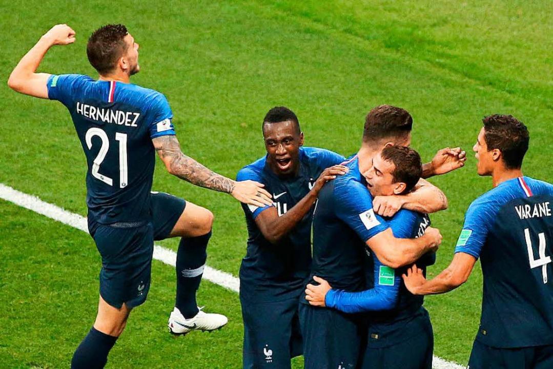 Die Franzosen feiern mit Matchwinner Antoine Griezmann (2.v.r.)  | Foto: dpa