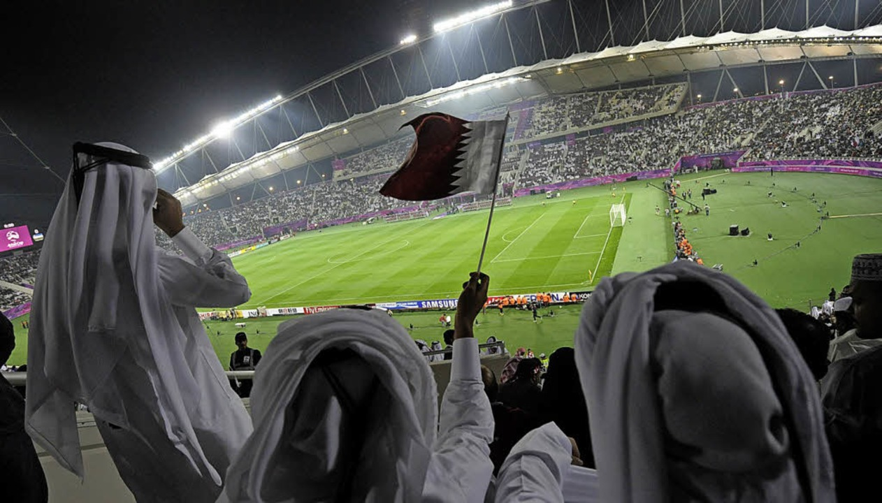Fans der Fußball-Nationalmannschaft vo...-Cups 2011 im Khalifa-Stadion in Doha   | Foto: dpa