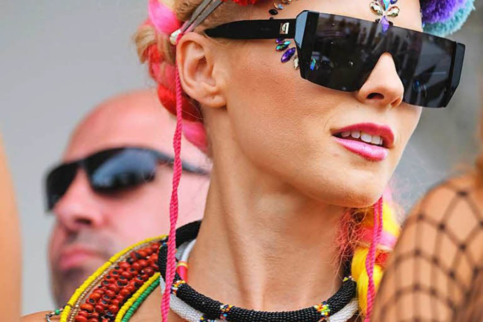 Nackte Haut, Glitzer und Blumenkränze dominieren die Outfits der Festivalbesucher (Foto: Miroslav Dakov)