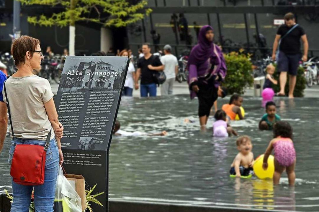 Der Gedenkbrunnen erinnerte am Wochene...ils eher an ein Freibad-Planschbecken.  | Foto: Michael Bamberger