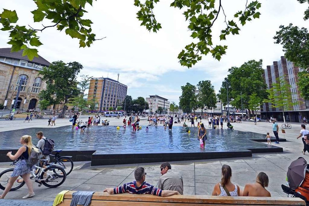 Bestes Wetter in Freiburg: Da ist ganz... was los auf dem Platz und im Brunnen.  | Foto: Michael Bamberger