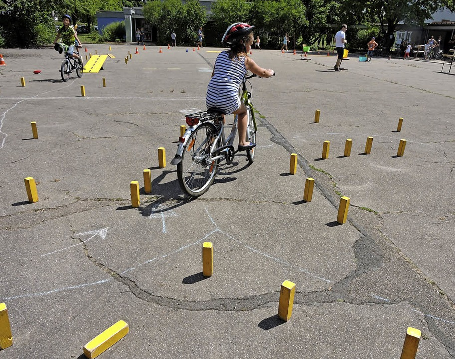Sicheres Fahrradfahren ist Schulleiter...ab's einen kniffligen Parcours.   | Foto: Annika Maisch