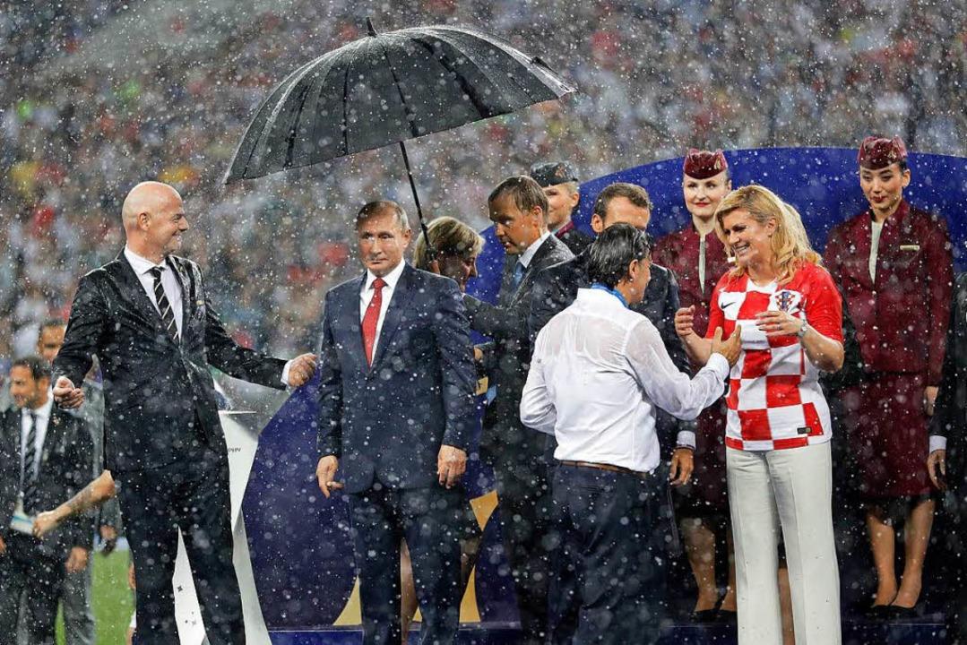 Als der Regen so richtig zu prasseln b...t nur ein einziger Schirm  auftreiben.  | Foto: dpa