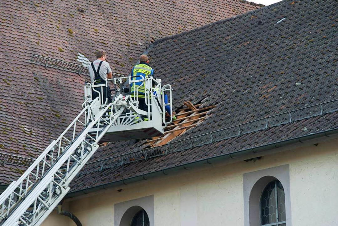 Rettungskräfte kletterten aufs Kirchendach, um den Jugendlichen zu behandeln.  | Foto: Kamera24