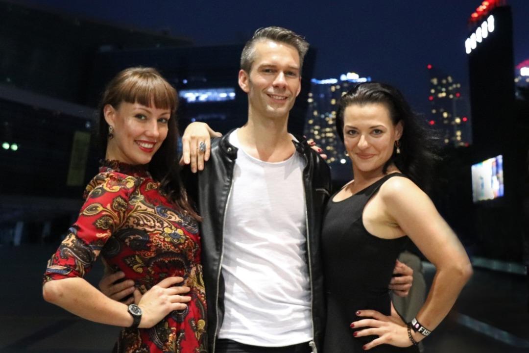 Mit Auerbach flogen auch seine Assistentin Jenna Benos und seine Frau Elena.  | Foto: Willi Auerbach