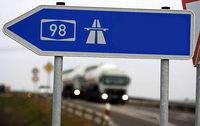 Au-pair-Mädchen nutzt Autobahn als Radweg