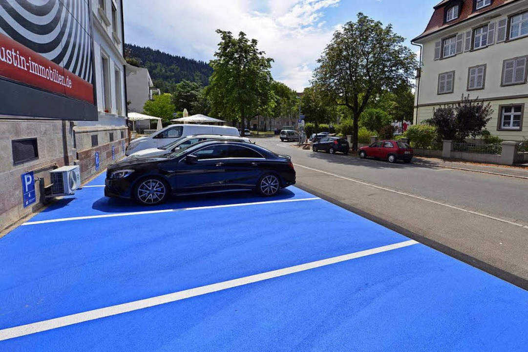 Kein Bußgeld, aber sie müssen weg: die blauen Parkplätze von Ralf Augustin.  | Foto: Michael Bamberger