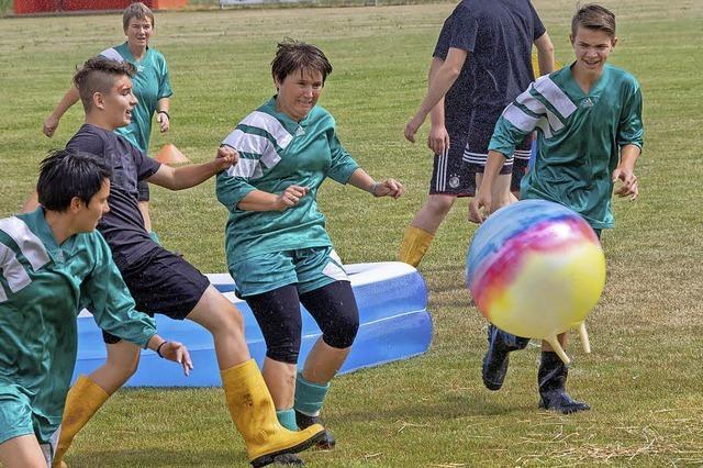 Fußball geht auch in Gummistiefeln